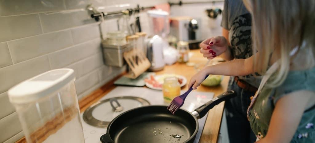Madre hija cocinando